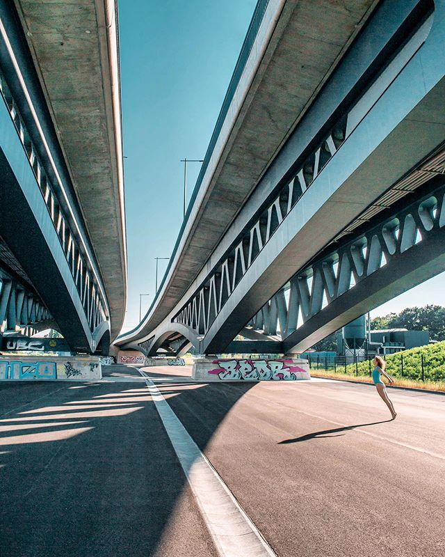 Falling. @dariwie \ Es ist einfach nice am Ball zu bleiben und Zeit in seine Ambitionen zu investieren. Ich hätte vor einem Jahr enttäuscht im Schatten der Brücke ein paar nicht zufriedenstellende Fotos gemacht und wäre weitergezogen. Es brauchte einfach ein bisschen Erfahrung um einzuschätzen, dass die Location mit der untergehenden Sonne erst richtig aufblühen und zum perfekten Motiv werden wird. Es ist in Berlin am geilsten wenn die Sonne scheint. #unterderbrücke #yogaberlin #fitnessberlin #architektur #archidaily #berlingram #berlinstagram #underbridge #bridges #brücken #brücke