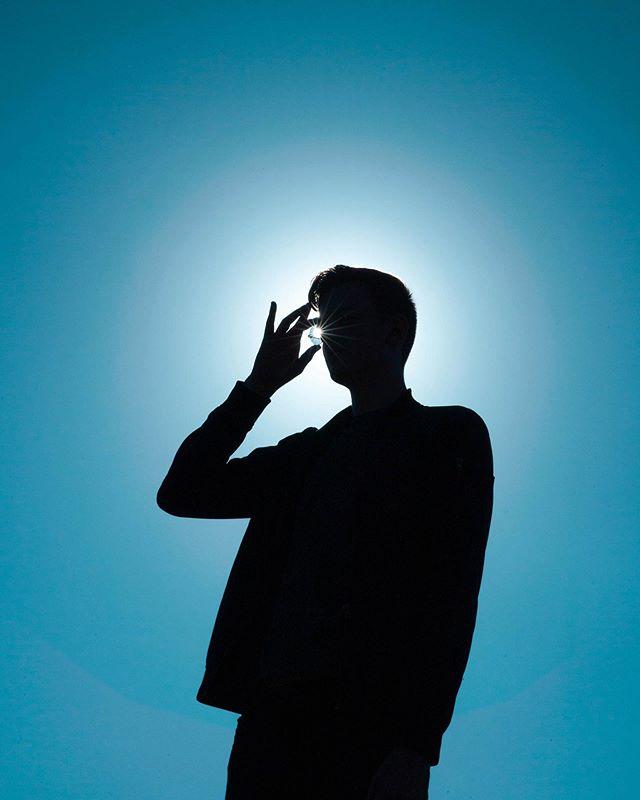Mein Brat @michael_neuhaus / Gegenlicht-Portraits sehen auf meiner Kamera tatsächlich meistens ziemlich nice aus, aber ab und zu kann man sich schon mal so eine Silhouette gönnen. Damit konnte ich die Sonne noch besser erwischen in seiner Brille. 👓 ☀️ zoom gerne mal ran, sieht zu nice aus 😄👀 ps: für so eine Gegenlicht Aktion muss das Objektiv unglaublich sauber sein, ich hab gerade 10 Minuten lang alle möglichen Staubkörner und Flecken die auf der Linse vorne drauf waren in Photoshop entfernt 😄 #gegenlicht #gegenlichtportrait #silhouette #silhouetteportrait #gloriole #backlight #backlightphotography #sunglasses #blueglasses #sunglare #sonnenbrille #sonnenstrahl