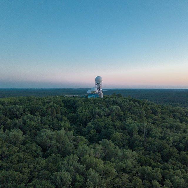 Meiner Meinung nach einer der schönsten Ausblicke in Berlin zum Sonnenuntergang: Teufelsberg. Zur einen Seite der Blick auf die Abhörstation mitten im Grunewald. Und zur anderen Seite ein wunderschönes Berlin Panorama inklusive Fernsehturm, Funkturm, Potsdamer Platz und die Hotels am Zoo. Berlin ♥️