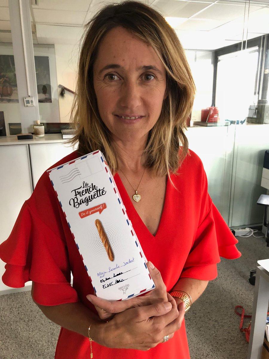 Alexia Laroche-Joubert avec le kit La French Baguette