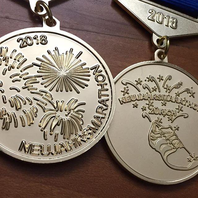 Die von @alessiiia__ Alessia entworfenen und von der  @RUSTO AG umgesetzten Finisher-Medaillen sind richtig schön geworden 👏🏼 Frohe Festtage #marathon #neujahrsmarathon #Silvester #Zürich 