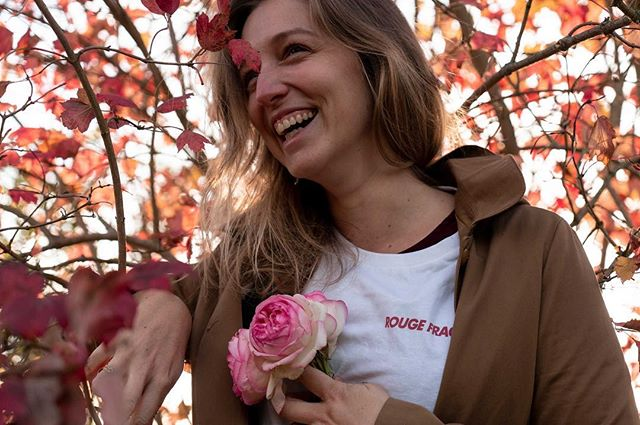 Le smile du lundi c'est @paulinetle ❤️ parce qu'en @rougefragile, la meilleure des attitudes c'est le sourire envers et contre tout 💕#tshirt #rougefragile #solidarité