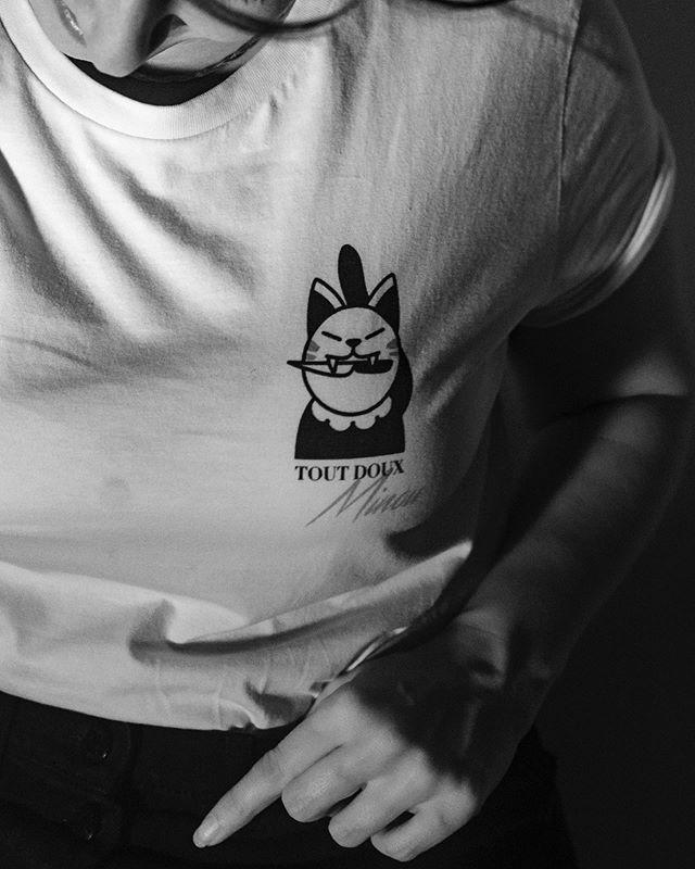 TOUT DOUX MINOU !⠀ N'ayez surtout pas peur d'avoir du caractère ! Facile à dire hein ?! C'est pour cela que le tshirt est là, on est sûr de s'en rappeler :) !⠀ Tout doux minou, pour nous c'est une manière de se protéger l'esprit mais aussi le corps. Si tu ne le sens pas, ne le fais pas, c'est toi qui décide !⠀ 📸@r_lucy⠀ #rougefragile #solidarité #tshirts #cat #minou #love #respect #amour #girlpower