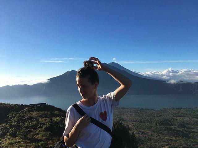 C'était la journée de l'environnement hier, c'est tous les jours en fait ! Ici un t-shirt habité par @leafredeval et shooté par @cyriellegdn (mega ❤️🌞)qui s'est baladé jusqu'en Indonésie pour grimper tout en haut du mont Batur ! Bravo les girls ça a du chauffer pour arriver la haut ❤️ HAUTS LES 💕 ! #rougefragile #solidarité #power #indonesia #tshirt #hautslescoeursbatslescouilles