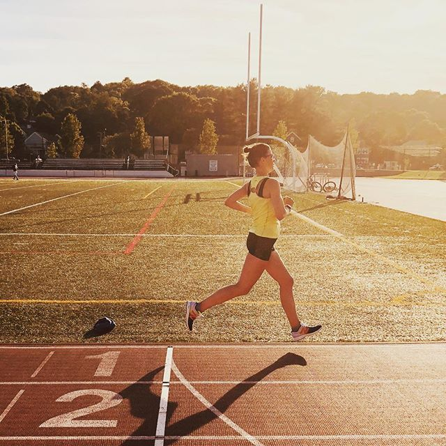 6 months postpartum and crushing it on the track. Love it @ellen_waller #fitmamasnewton