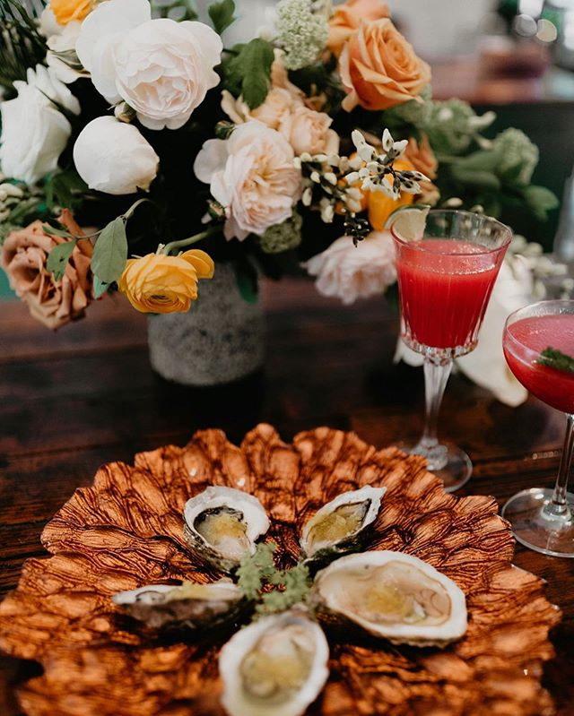 America's bday may be over, but that doesn't mean we're done celebrating! There's still a lot of lobster rolls to be ate and cocktails to be drank! Let the good times roll 💥🎉🇺🇸 #howisummer #wildflowereventsdesign . . Stylist + Curator @wildflowereventsdesign Venue @moore.house Photographers  @keliphotography @jesscremins  Florist @leslieleefloraldesign Hair + Makeup @upstyle.co Stationary @prairielettershop Caterer @blackstoneri Table Runner @thebayith Bride @schmessica29 Groom @peter_familias Bridesmaids @jayme_delvecchio @wildlykale