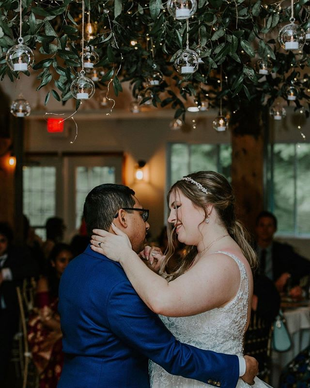 Dancin' in the moonlight 🌙 Everybody's feelin' warm and bright. It's such a fine and natural sight. Everybody's dancin' in the moonlight ✨ #wildflowereventsdesign . . Design + Coordination @wildflowereventsdesign  Photographer @keliphotography  Florist @earthblossomsflowers  Venue @arrowparkny
