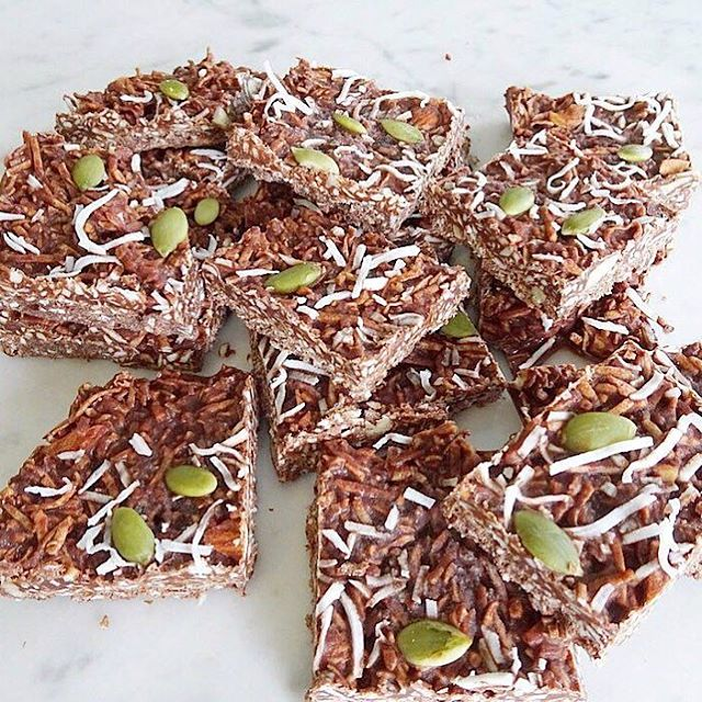 Feeling like an afternoon treat? Rather than reaching for a block of chocolate 🍫 or a bag of lollies get your hands on a piece of this amazing coconut rough slice! Healthy, satisifing and a treat with out the guilt. ✨Recipe - 1 1/2 Cups of coconut + 1/2 cup coconut oil + 4 tablespoons Coco powder + 2-3 tablespoons of rice malt syrup or honey + handful of sliced Almonds + pumpkin seeds to sprinkle on top 👌🏽 Roast coconut in oven or pan until brown and combine all ingredients together (super easy) Refrigerate for 20mins and enjoy ❤️