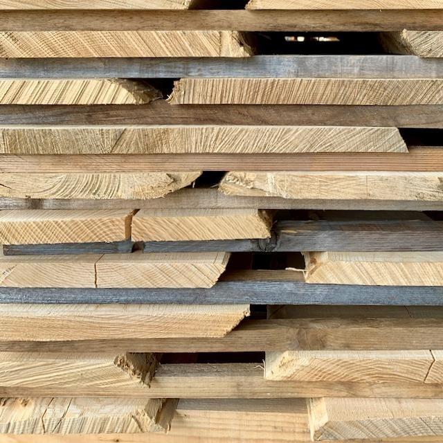 Fabriquer en France, c'est également utiliser des matériaux locaux 🇫🇷 Notre bois est exclusivement issu de forêts françaises et achetés directement en scierie en sélectionnant les meilleurs plateaux.  #madeinfrance #bois #boisnaturel #franchecomte #directproducteur #wood #woodworking #raw