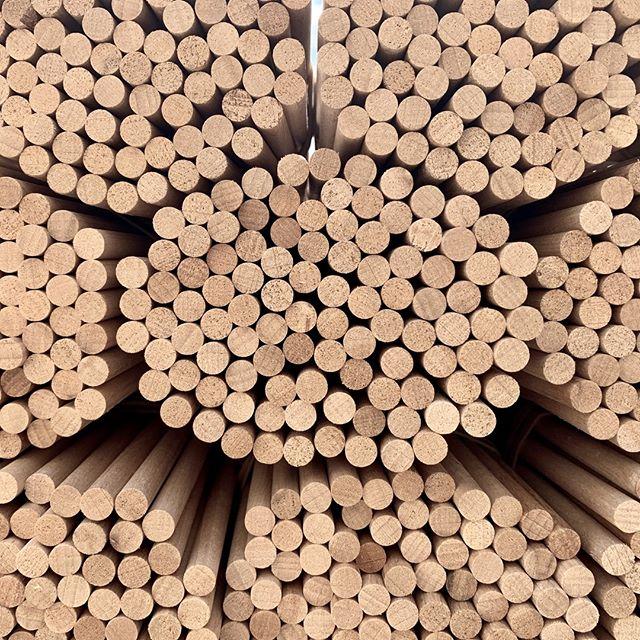22 mètres linéaires. C'est la longueur totale cumulée des branches d'un Grand Sapin. A l'origine, nous utilisons des barres de hêtre massif, en provenance directe du Jura, qui vont être découpées et biseautées pour donner vie à l'une des 64 branches d'un sapin.  🌲🇫🇷  #madeinfrance #artisanat #artisanatfrançais #boisbrut #hêtre #jura #fabrication # atelier #handmade #craftsmaship #raw #wood #beech #manufacturing #woodworking