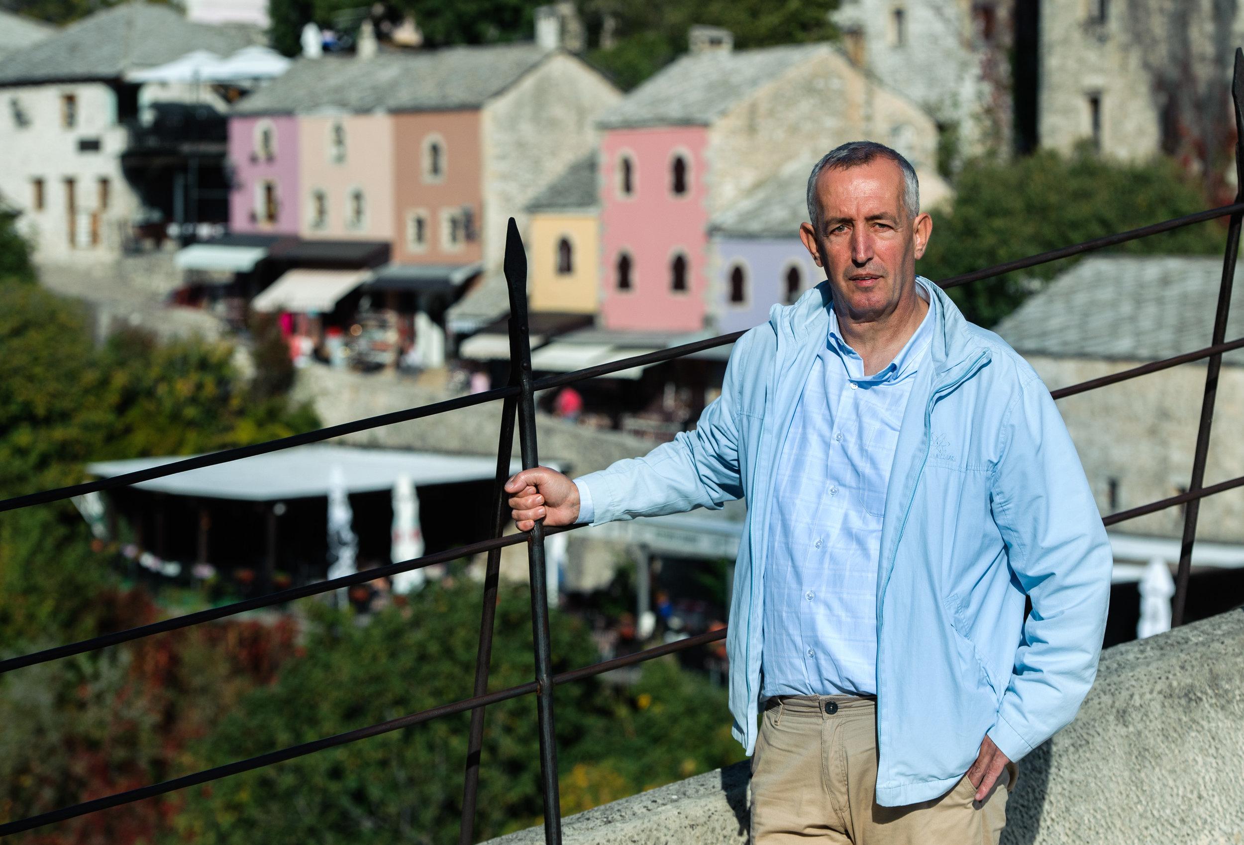 Hadis Brajević je upokojeni taksist iz Mostarja. Živi z deaktiviranim defibrilatorjem v prsih. Foto: ICIJ
