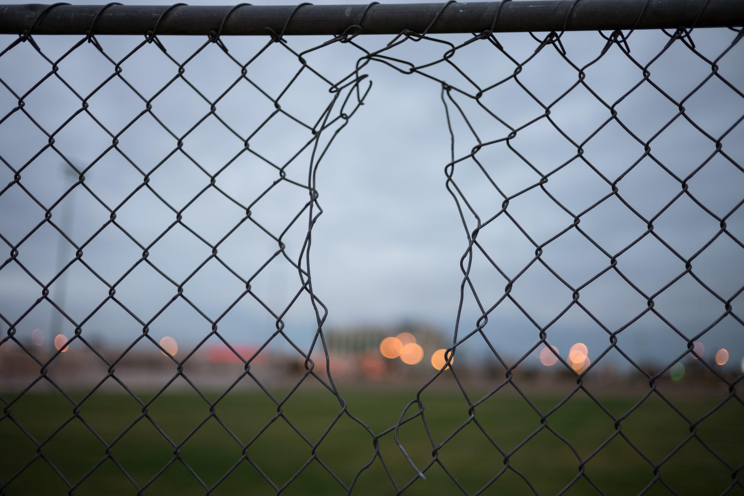 Članek o ograjah je videti kot oglasno sporočilo, vendar kot tako ni posebej označeno. Foto: Unsplash