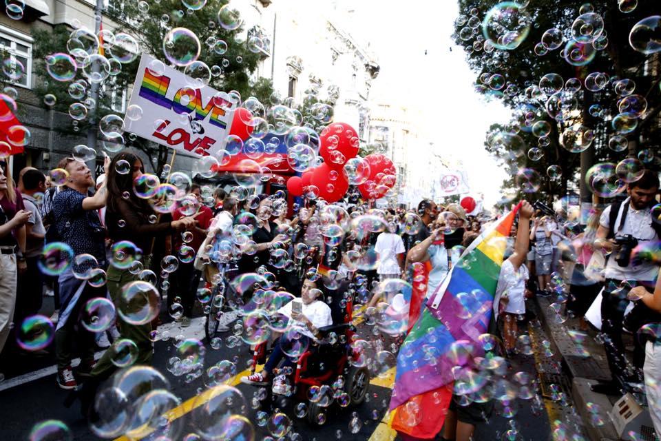 Na septembrski paradi ponosa v Beogradu se je zbralo okrog 1500 ljudi. Število udeležencev iz leta v leto raste. Foto: Vesna Lalić, Belgrade Pride