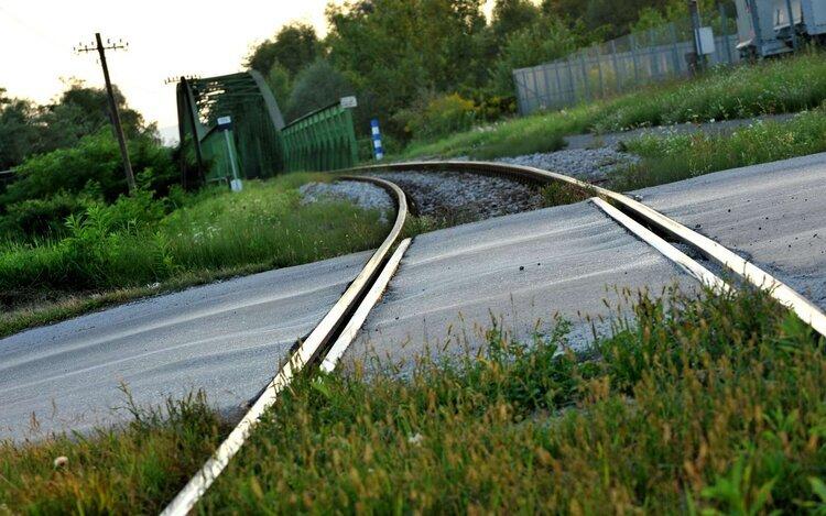 Pravilno razmerje investicij v ceste in železnice v obdobju 2016–2030 je 70 : 30 v prid cest. Foto: Tamino Petelinšek/STA