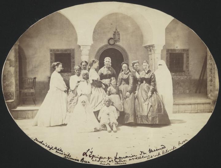 Groepsportret van twaalf vrouwen en een meisje, met en profil in het midden Alexandrine Tinne zelf, vermoedelijk in Mustapha (Algerije), Nationaal Archief.