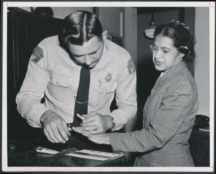 Het afnemen van Rosa Parks vingerafdrukken na haar arrestatie, 1956.