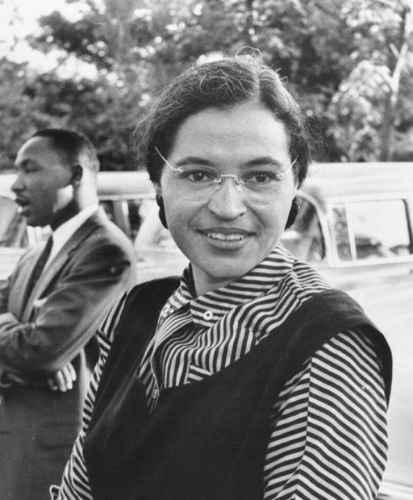 Rosa Parks met Martin Luther King op de achtergrond, 1955.