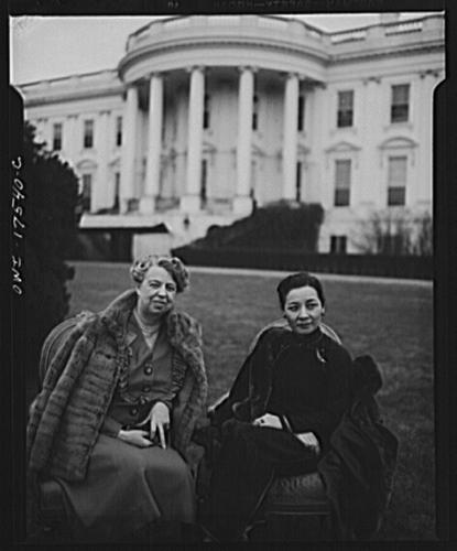 Song Meiling samen met first lady Eleanor Roosevelt in de tuin  van het Witte Huis, 1943 (Library of Congress).