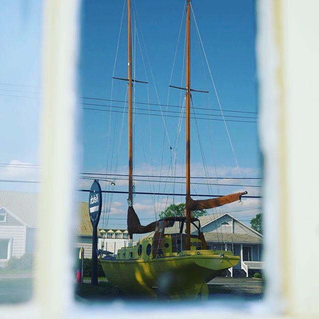 Il était un petit navire, il était un petit navire... 💛 . . . #microbrasserieleketch #leketch #gaspesiejetaime #gaspésie #Mitis #tourismemitis #tourismegaspésie #bonjourquebec #explorecanada #brewery #quebecmicrobreweries #microbrewery #seaside #tourdelagaspesie #sainteflavie #saintlaurent #biere #microbrasserieduquébec #microbrasserie #craftbeer
