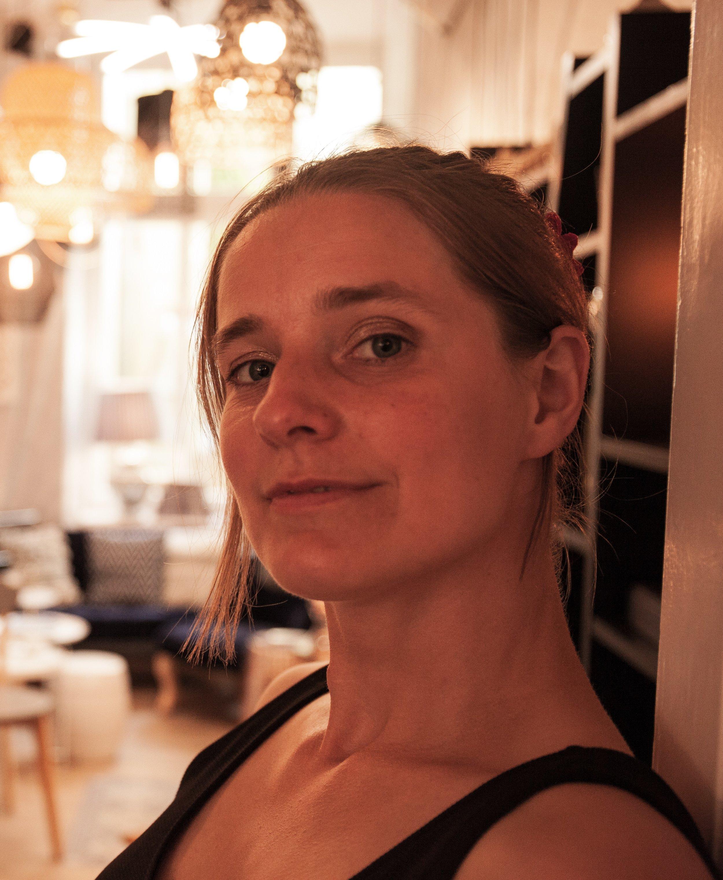 KLAVIER - Uta Schiebelgelernte Tischlerin, sattelte mit 30 noch einmal um, studierte in Greifswald Musik & Wirtschaft B.A. um ihre Leidenschaft zum Beruf zu machen.Seitdem schreibt sie deutsche Chansons mit Rhythmen, die ins Blut gehen. Versuchen Sie die Füße während des Konzerts still zu halten - es wird Ihnen nicht gelingen!