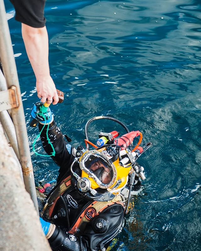 Teamwork 💪 . . . . . . #diving #aquaculture #commercialdiving #offshore_diving #hullcleaning #diverday #commercialdiver  #commercialdiviglife #underwaterjobs #undervater #divingteam #diversinstitute #cdiver #hardhatdiver #cooljob #dive4money #underwater