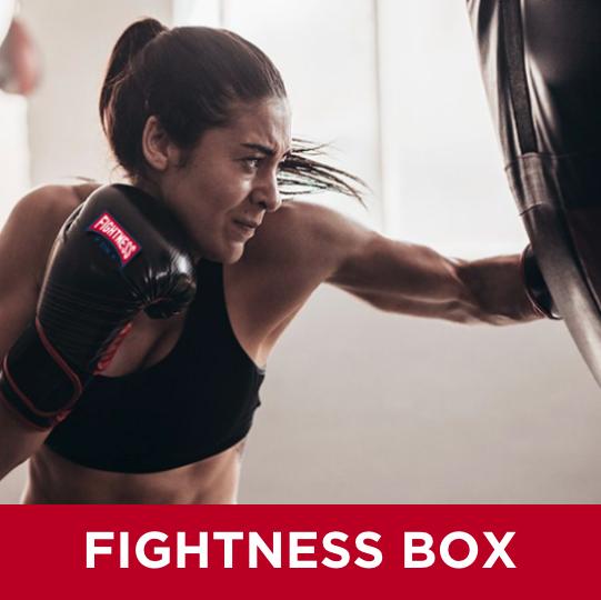 Vår HIIT (High-intensity interval training )  boxningsklass imiterar boxarens tuffa träning. Vi värmer upp med skuggsboxning och hopprepssimulering. Under passets huvuddel kör vi tuffa slagkombinationer med blandning av hård fysträning som fokuserar på överkroppen. DU TRÄNAR PÅ EN EGEN SÄCK.