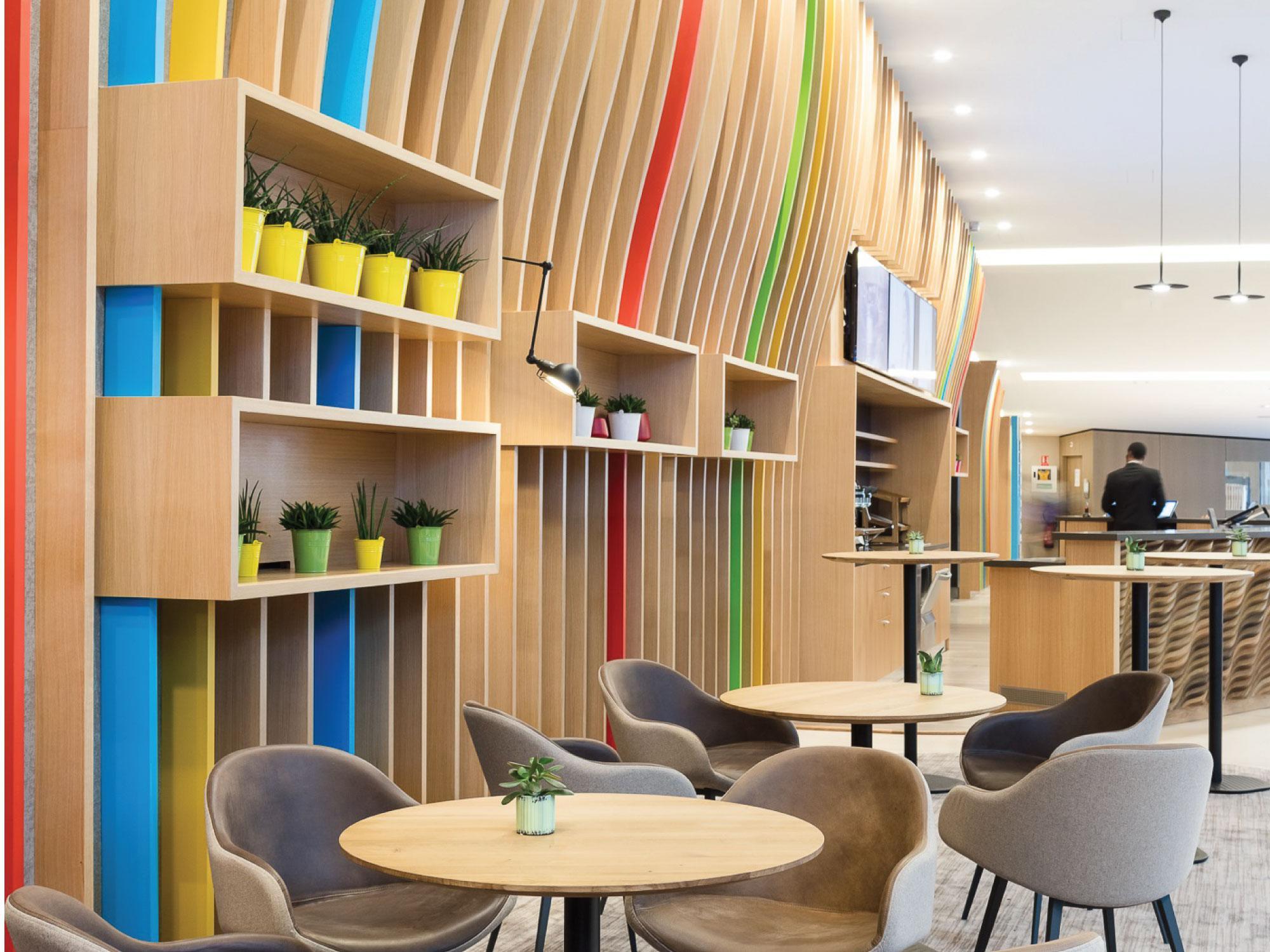 Oberflex paneler i lys eik og lønn på hyller og møbler hos Microsoft France Paris.
