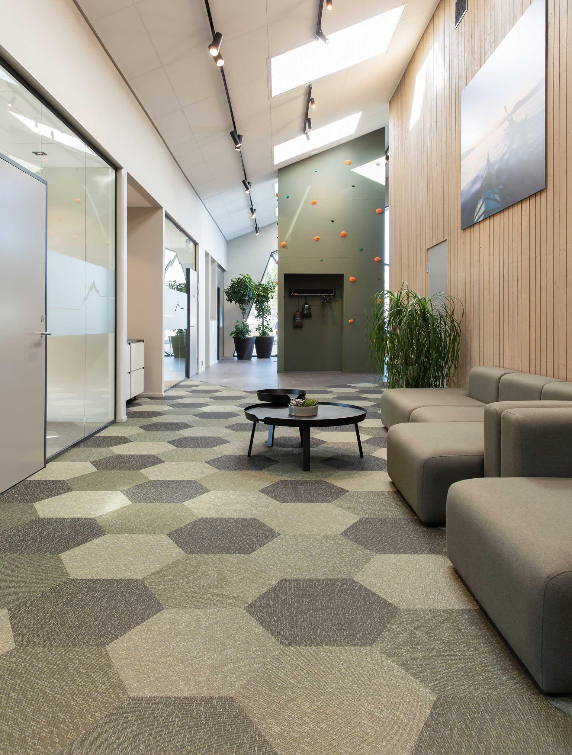 Bildet fra vårt referanseprosjekt Hekta På Tur der det ligger 2tec2 Hexagon-fliser med den grønne Orbital fargen. Perspektivet gir den samme fargen flere nyanser.