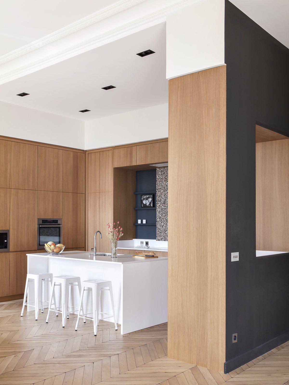 Denne gamle leiligheten i Paris har fått nytt liv mye takket være  Camille Hermand Architects . Kjøkkenet er kledd i den fineste finér fra Oberflex og gulvet består av staver i fiskebensmønster. Vi kan levere begge deler til ditt neste prosjekt!