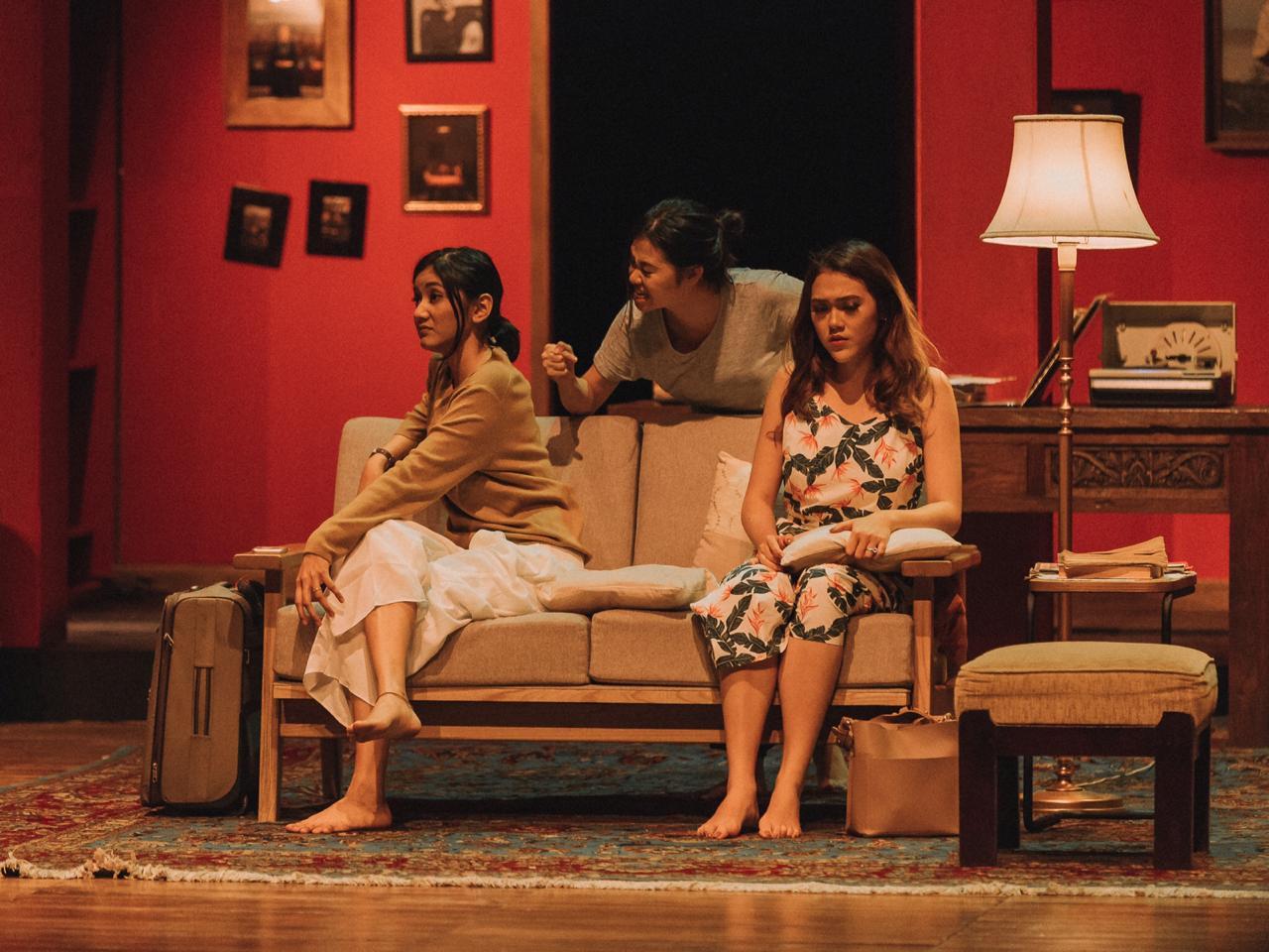 Sumber: Teater Pandora —  Potret putri-putri Martha dan Martin; Kiri: Diana (Nabila Putri Utami), Tengah: Lisa (Margareta Marisa), Kanan: Mia (Cindy Nirmala)