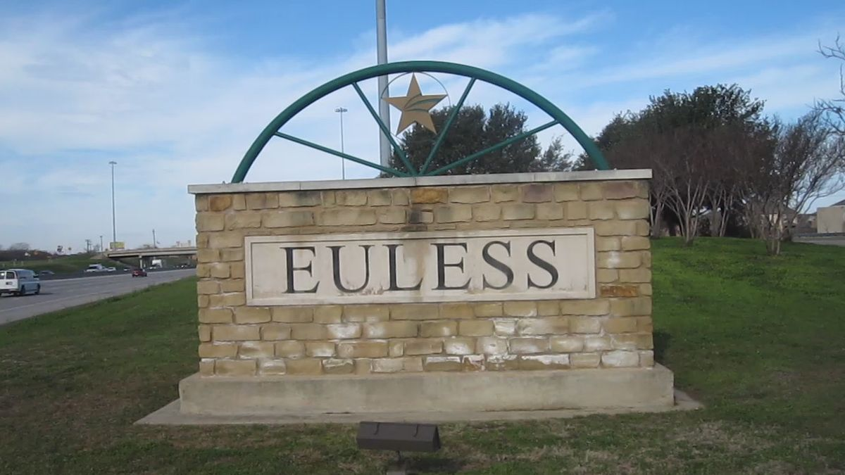 1200px-MVI_2745_Euless,_TX,_welcome_sign.jpg