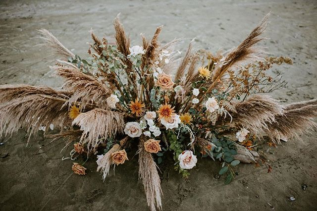 Wedding trends for 2019 definitely include more free form florals and pampas grass!  We may have a hoard of pampas stowed away just for our 2019 summer brides. 🌾 Photo by @staciecarrphoto for @cabinfeverretreat