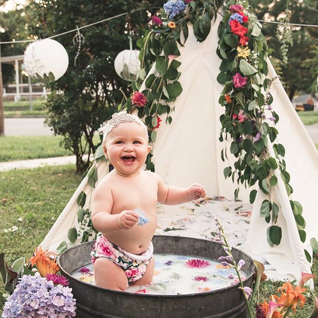 Got to spend so much time with my family and snuggling my cutie pie niece, Flora, who is the happiest baby ever!  I miss them already, so here's a pic of this kick ass backdrop we whipped up and a baby in a milk bath 🛀 📸: @jessicascheuerphotography . . . . . #inspiration #ohwow #smashcake #smashcakesession #smashcakes #eventstyling #eventbackdrop #partyideas #partyinspo #bespokestyle #eventdecor #eventinspo #partydecorations #partyplanner #kidspartyideas #kidspartydecor #teepeeparty #teepee #1stbirthdayparty #1stbirthday #flashesofdelight #inspired