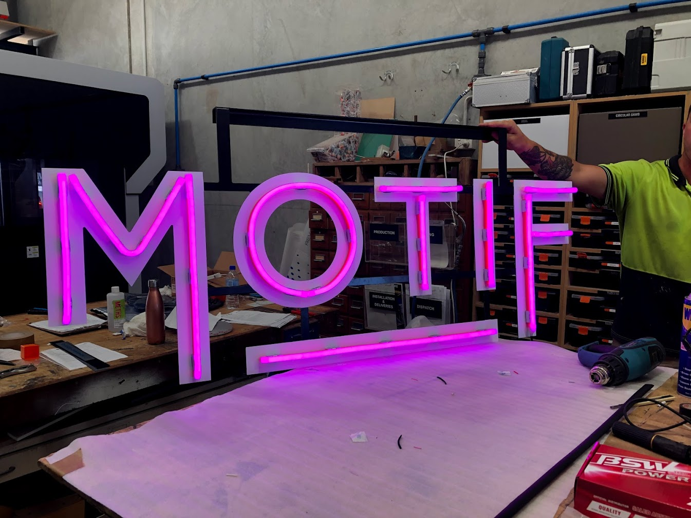 "LED ""neon"" Motif logo on framework"
