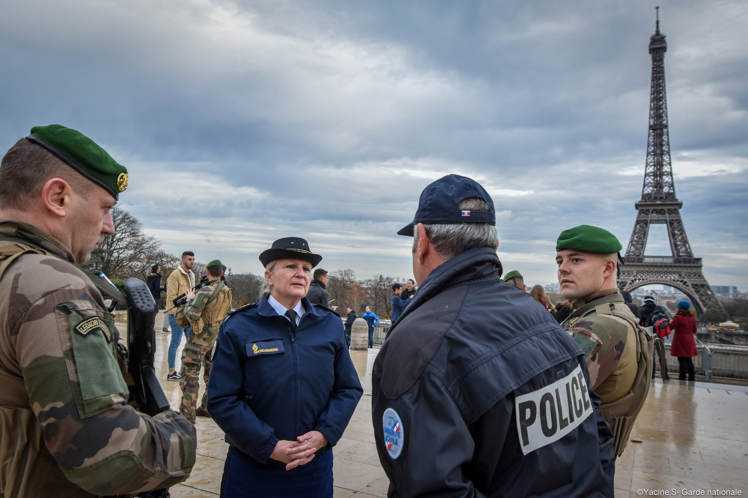 Brigadier Anne Fougerat meets in Paris with a police reservist and two 2nd Engineer Foreign Legion reservists deployed in the Opération Sentinelle to protect sensitive points in France. Photo credit: Garde Nationale