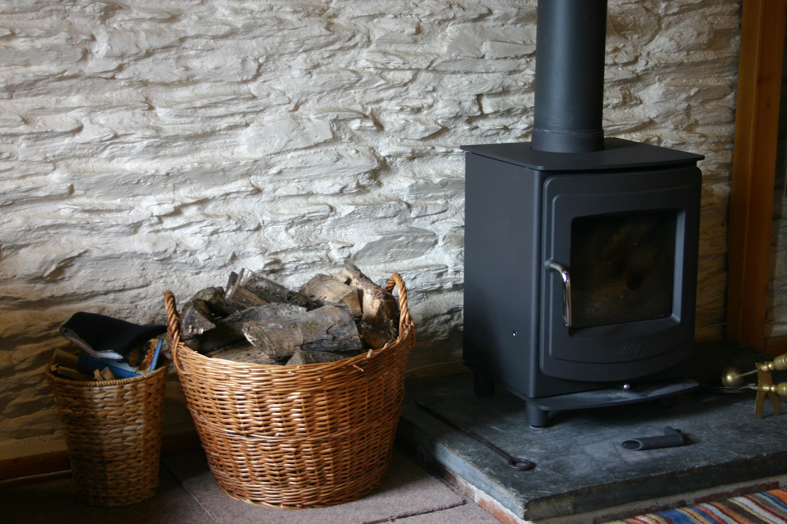 Oak Cottage - A 2 bedroom holiday cottage graded five stars by Visit Wales. Sleeping up to four and has a comfortable sitting room, spacious dining kitchen, bathroom with shower over bath. There are two bedrooms one with double bed, the other with two single beds.