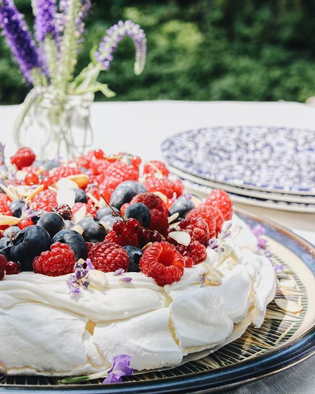 pavlova🌸 this pretty dessert is all about extremes: crunchy and smooth, light and dense, creamy and acidic - together they strike a perfect balance 🧚🏼‍♀️ recipe is up on my site now✨