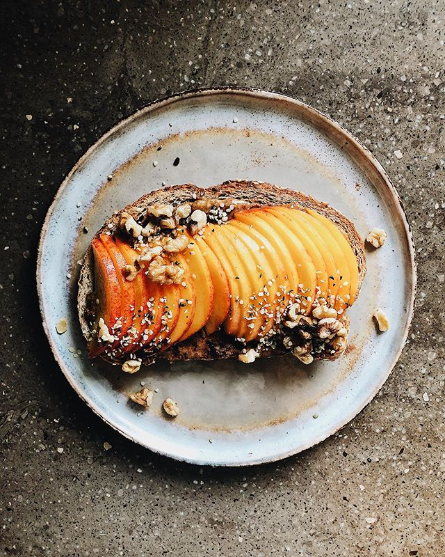Seedy rye with almond butter, cinnamon, walnuts and hemp hearts was just peachy🌞