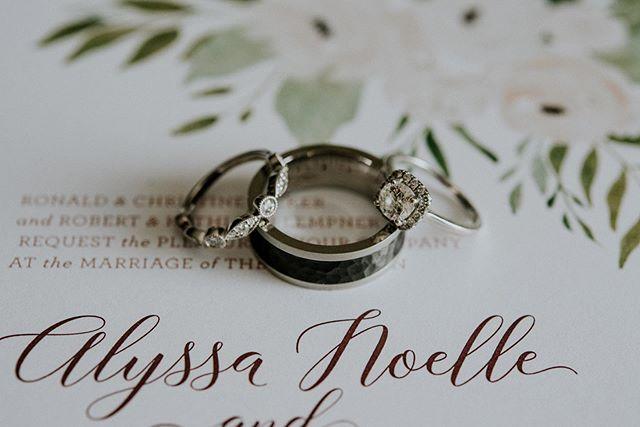✨Bling bling✨ . . . 📸 @j.lynnephotos #clewedding #happydays #weddingband #invitation