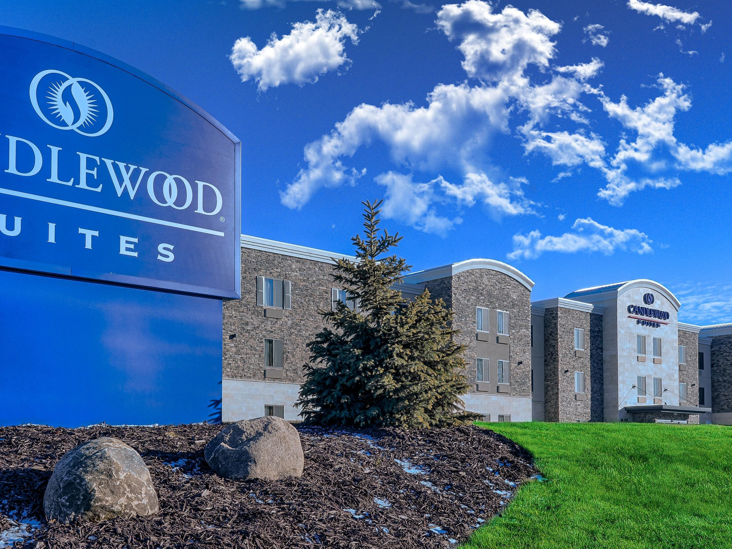 Candlewood Suites Lakeville - 21060 Keswick Loop, Lakeville, MN 55044(612) 808-5580 WebsiteNew hotel, very nice, generally a more affordable option.