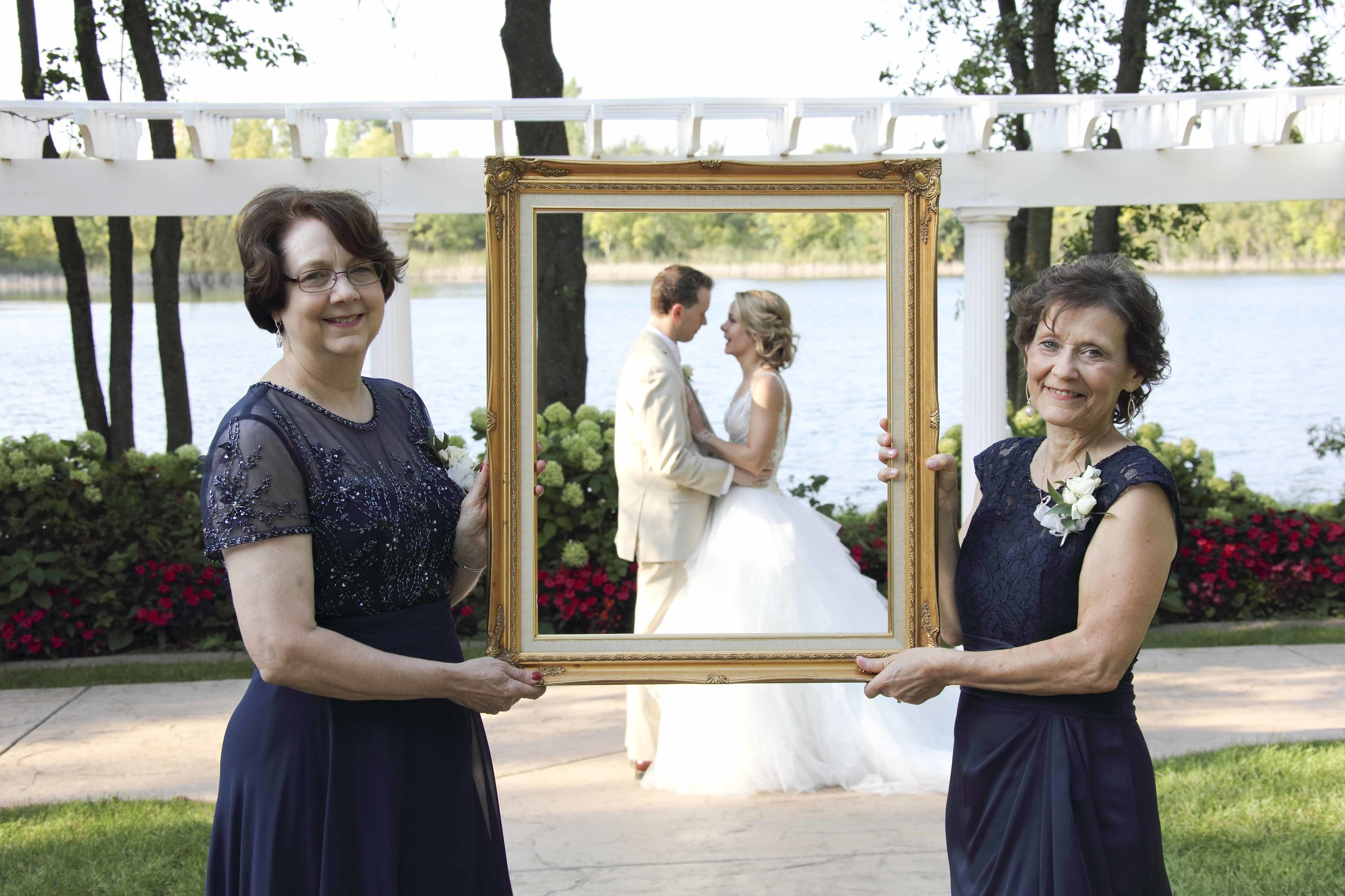 Fab! Weddings, Brant Hemingway, Minnesota weddings mothers holding a frame