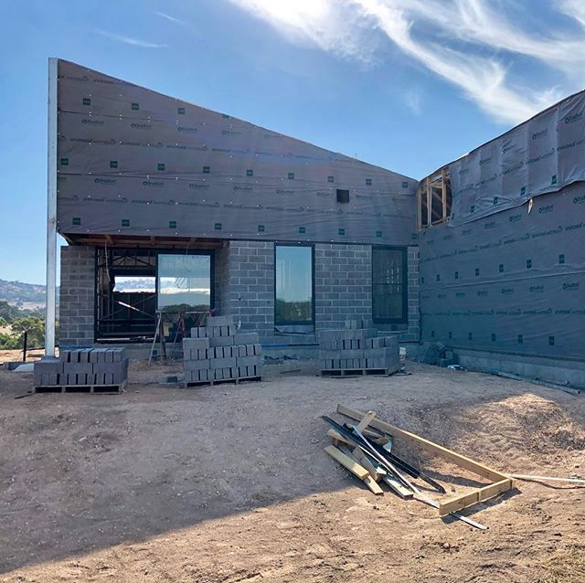 Sutton Grange residence being clad in #timbercrete blocks, nice work #centralvicbricklaying and #epsomsandandsoil #bendigoarchitecture #bendigosmallbusiness #smallbusinessbendigo #breearchitects #design #bendigoarchitecture #bendigoarchitects #centralvictoria #healthyliving #buildingbiology