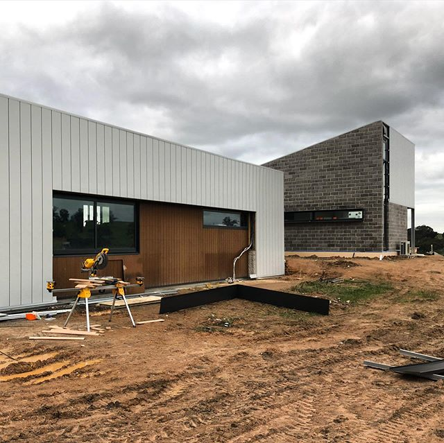 Final push at our Sutton Grange project.  Not long now until practical completion. . . #breearchitects #bendigoarchitects #smallbusinessbendigo #countryliving #healthyhomesaustralia #designbendigo #suttongrange