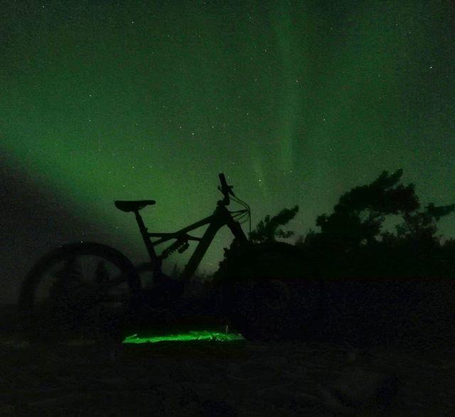 There's nothing quite like a ride under the Aurora! The Turbo Kenevo  #turbokenevo #enduro #cometomyyukon #iamspecialized #exploreyukon #rideyukon #ridewhitehorse #aurora #auroraborealis