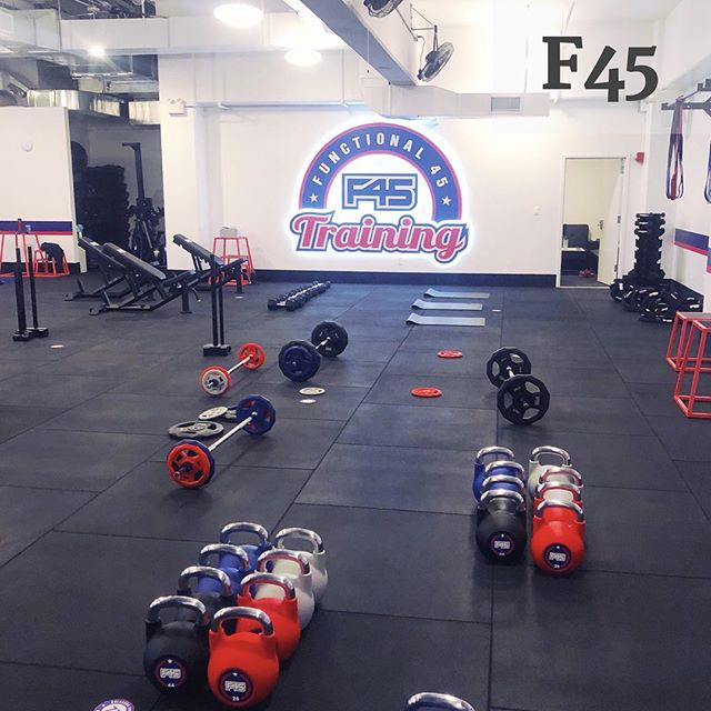 F45: a 45 min (60 min on Saturdays) super energetic interval workout. F45 started in Australia & the franchise has moved stateside over the last couple of years. The classes FLY by bc you're moving stations so much plus you're doing so many different exercises that your body & mind are challenged the entire time. The studio has about 27 formats so you won't get bored coming here frequently. This is a certified RR Fav. To learn more, read our full review on the site (in bio 👆🏻). #registrationrequired