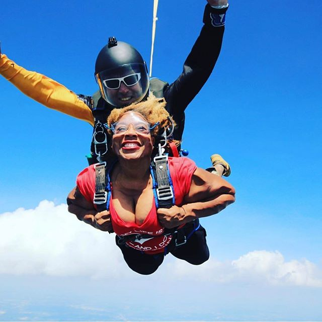 @Regrann from @the1whogottaway - Free Falling is exhilarating AF. OMG I can't wait to do this again. #skydiving #blackadventuristas #blackskydiver #thrillseeker #adrenalinejunkie #skydiversofcolor . . . 📍Catawba, Tuscarora, Muscogee Creek, Chickasaw, Shawnee tribes, Alabama-Quassarte Tribal Town, Thlopthlocco Tribal Town and United Keetowah Band of Cherokee ancestral land  Tag #teamblackstar and #skydiversofcolor to help promote diversity in skydiving. Join us at teamblackstar.com as we work to #diversifyoutdoors.
