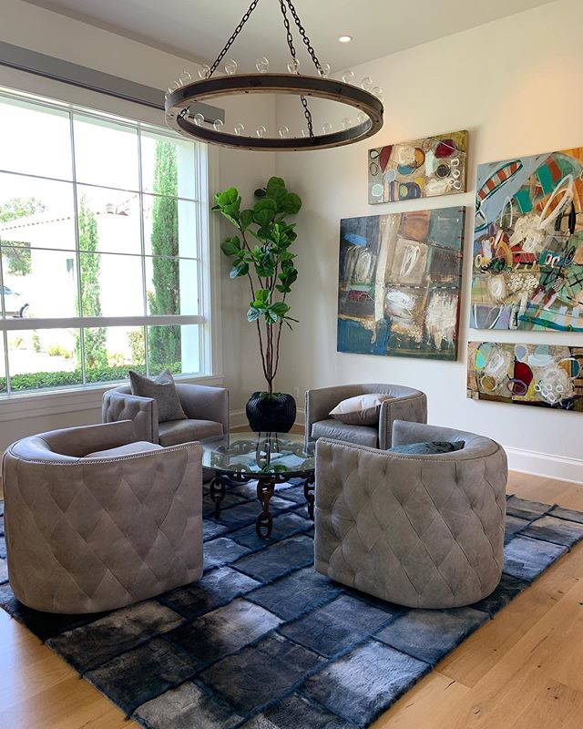 Shades of blue 🔷🧩🔵💠 A soft shearling + fine wool rug is the perfect combination for this modern space!  #DavidAlanRugs #shearling #interiordesign #austininteriordesign #interiordesigner #interiors #homedecor #contemporary #wool #silk #austininterior #sanantoniointeriordesign #sanantoniointeriors #houstonininteriordesign #houstoninteriors #architecture #decor #interiordecorating #interiorinspiration #houstoninteriordecorator #inspiration #tulsainteriordesign #dallasinteriordesign #dallasinteriors #dallasinteriordesigner