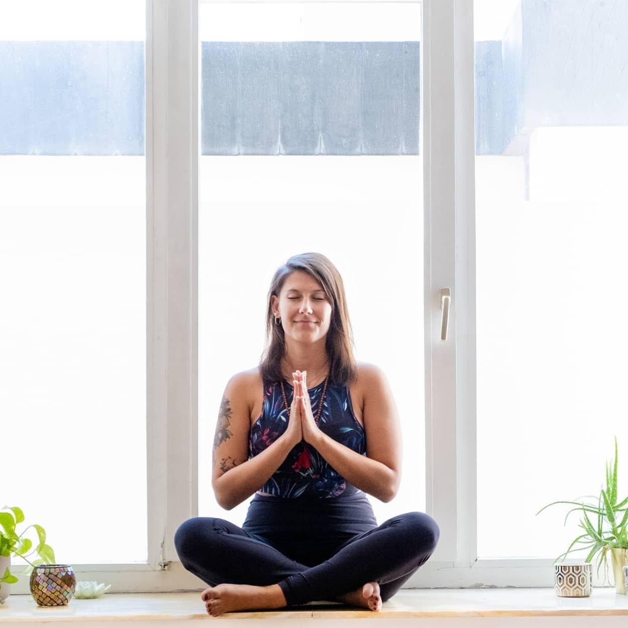 Yoga-Hose Gesicht sitzen