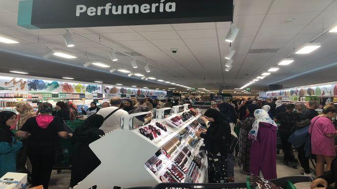 Clientes en la zona de perfumería.  El Mundo