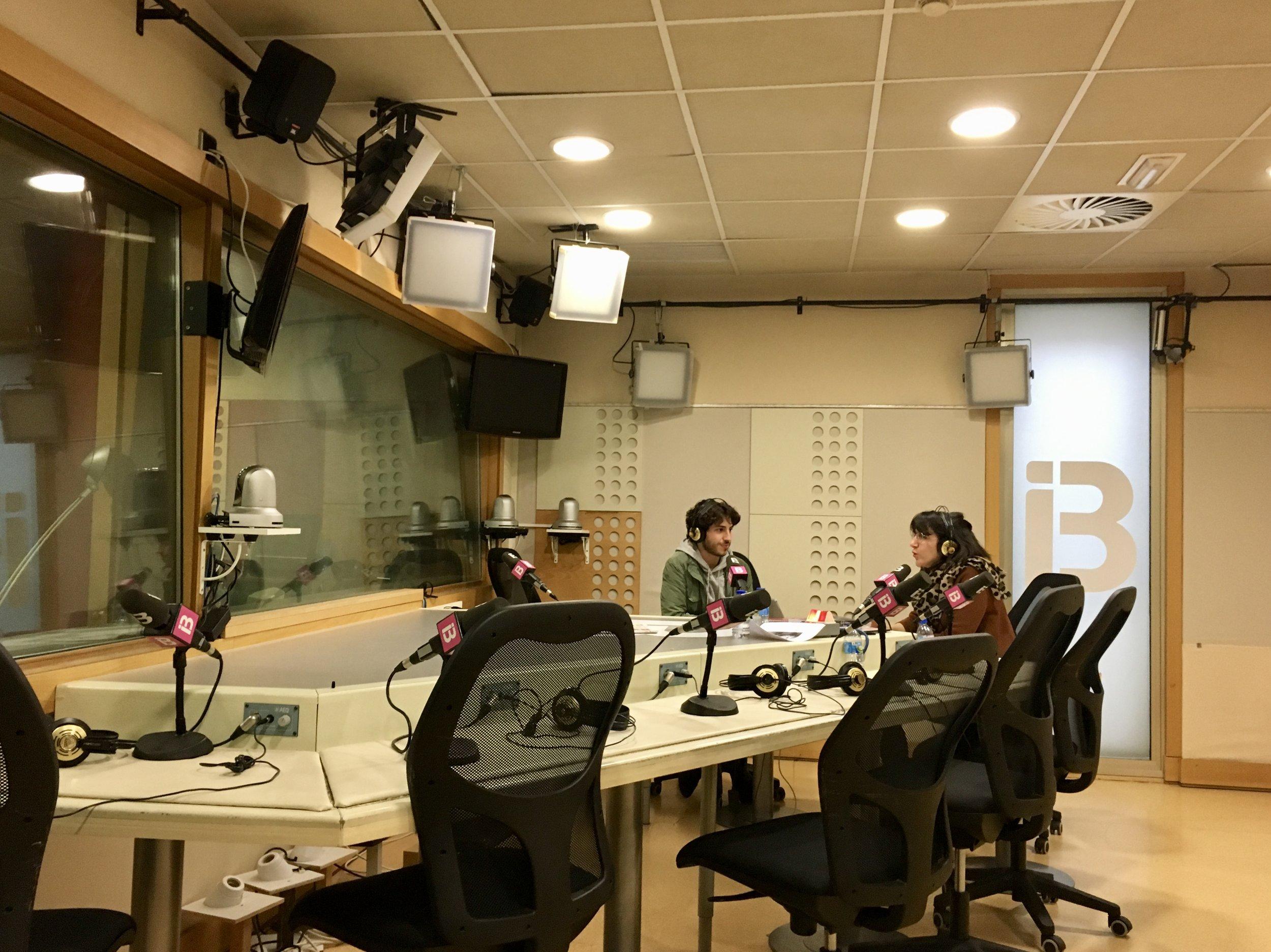 Abbou durante una entrevista radiofónica